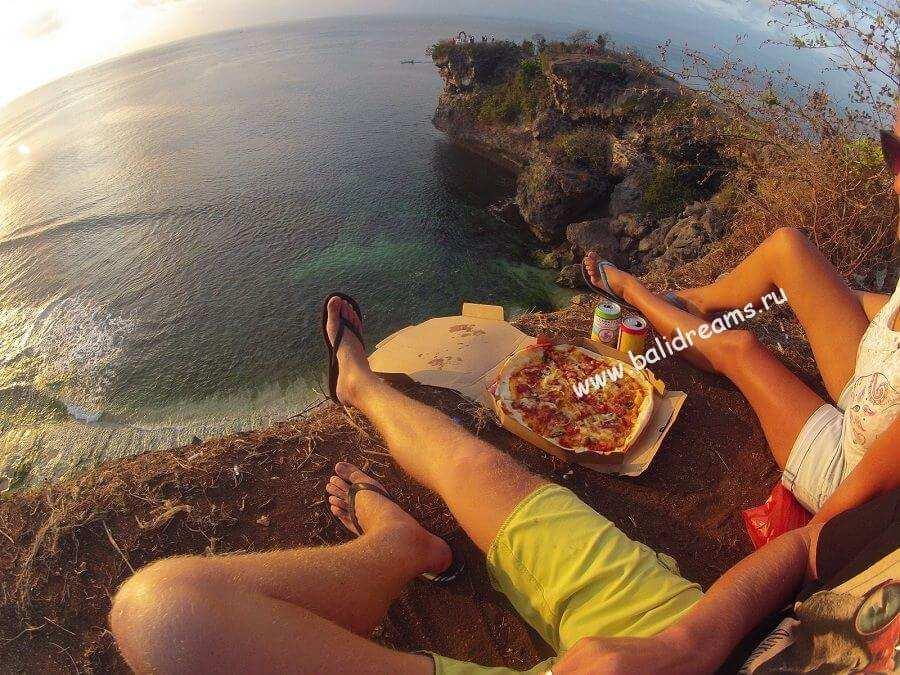Пицца из варунга Баланган на Баланган пляже на закате :)