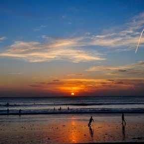 Закат на пляже Джимбаран