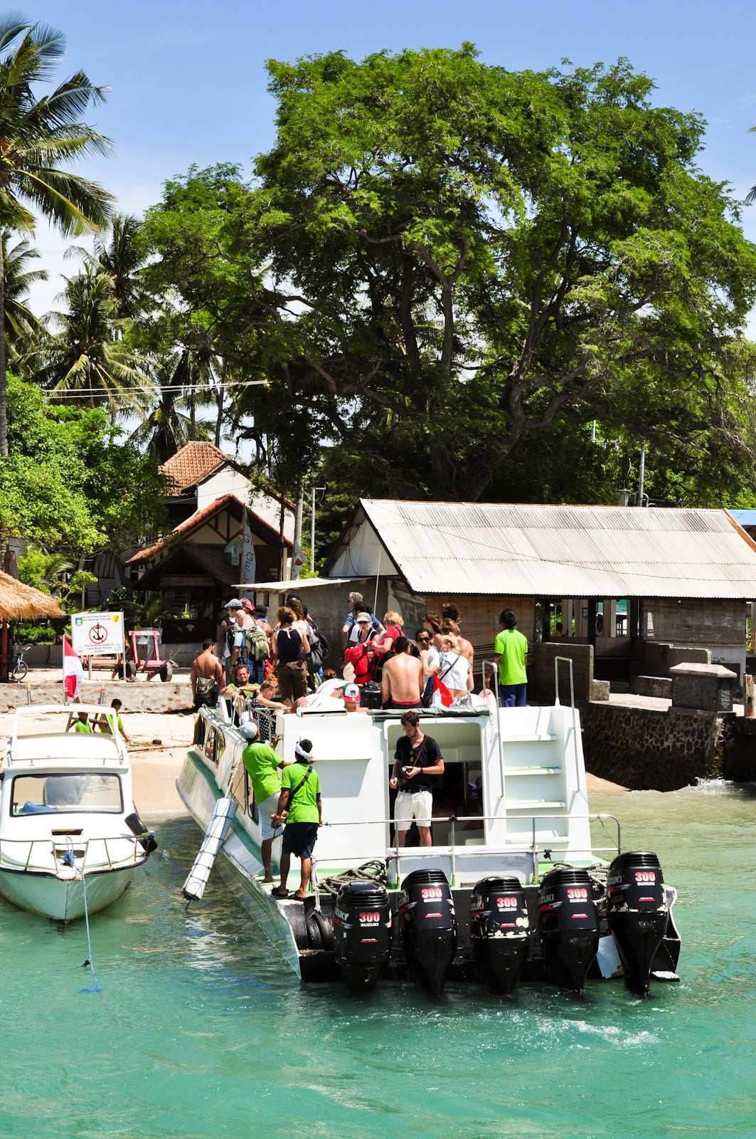 Вот такие лодки ходят на острова Гиги