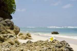 Красивый пляж на Бали, переход с пляжа Карма Кандара к пляжу Финнс