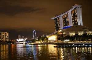 Набережная в Сингапуре. Вид на гостиницу Marina Bay