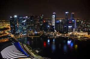 Вид на ночной Сингапур с крыши гостиницы Marina Bay