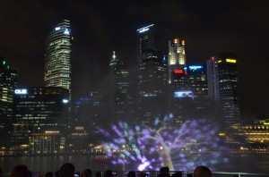 Шоу фонтанов на набережной Marina Bay в Сингапуре