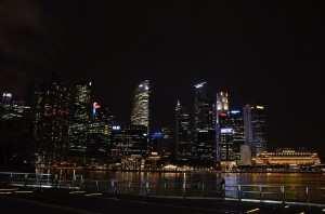 Набережная в центре Сингапура. Ночное время