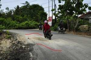 Песок и камни на дороге, Бали