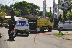Трафик на Бали, поворот по встречной полосе