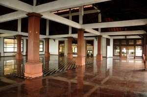 Внутри заброшенной гостиницы на Бали