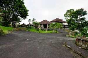 Въезд в заброшенную гостиницу на Бали