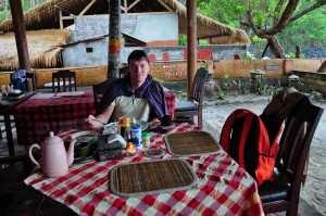 Варунг на пляже на востоке острова Бали