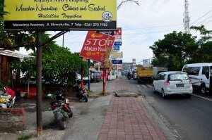 Вид с улицы на варунг Campur -campur