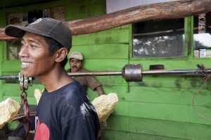 Добыча серы Индонезия вулкан Иджен, взвешивание корзин