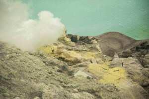 Добыча серы Индонезия из кратера вулкана Иджен