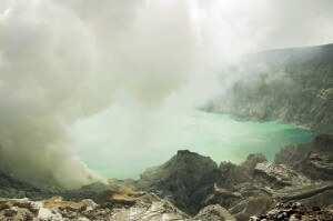 Серное озеро Иджена биррюзового цвета