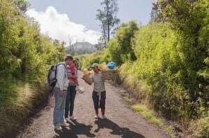 Подъем на вулкан Иджен, добытчик серы продает сувениры