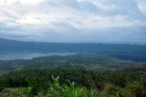 Вид с вершины на озеро Батур