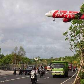 Самолет AirAsia заходит на посадку на Бали