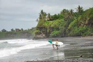 Девчонки на шпильках заходят в воду Surf Jam 2013