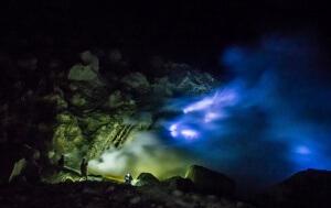 Синий огонь на вулкане Иджен. Источник фото - интернет