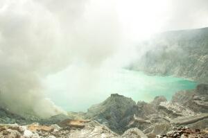 Озеро в кратере вулкана Иджен, Индонезия, остров Ява