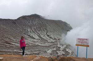 Вид на озеро в кратере вулкана, остров Ява, Индонезия