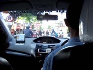 Вид изнутри такси на Бали