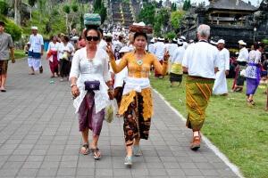 Балийцы в храме Бесаких, остров Бали. Индонезия