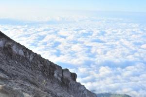 Восхождение на Гунунг Агунг, бескрайние облака на вершине